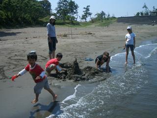 近くの海で砂遊び