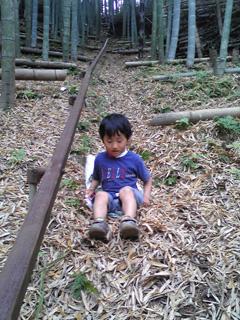 竹の子山で滑って遊ぶうちの末っ子