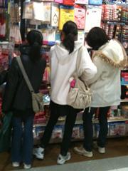 女の子チームはショッピング